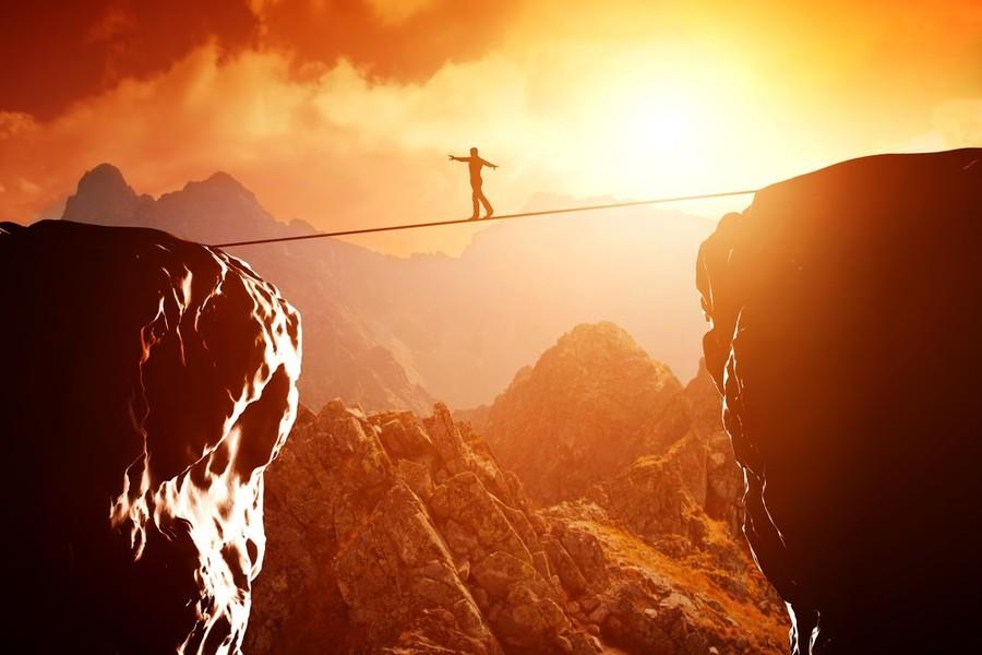 創業像在走吊橋,你要相信自己能到達,才不會先被恐懼的心魔自我擊潰;你同時也得面對現實,才能正確感知危機並做出對應措施。