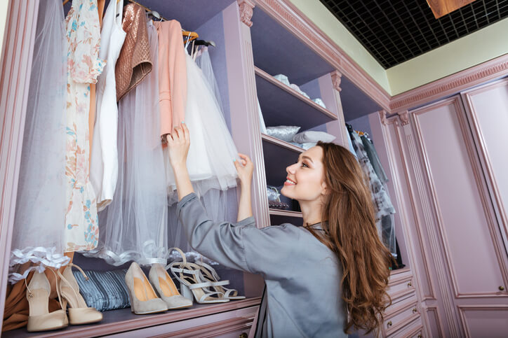 將衣服分為夏冬兩區,該掛的襯衫、大衣要掛,外出衣和居家服也分開