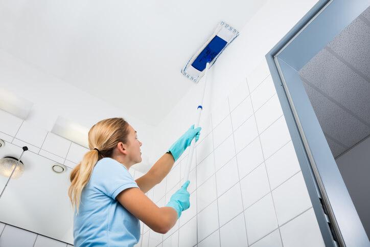 其實只要運用常見的紙拖把,就能讓天花板變得乾淨。