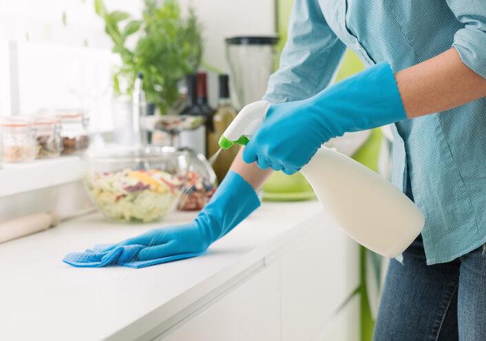 廚房的髒亂來自於水花與油花飛濺後的痕跡,將廚房分為三個區域,水區、火區以及工作區,要如何快速有效率打掃呢?