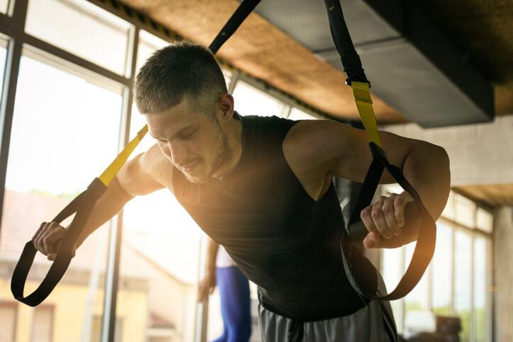 TRX懸吊訓練不僅是各種健身狂人的最愛,也能一次性訓練全身上下的肌肉,讓身體線條更勻稱。